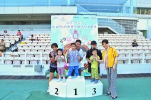 梁安琪議員頒發獎牌給小小運動員